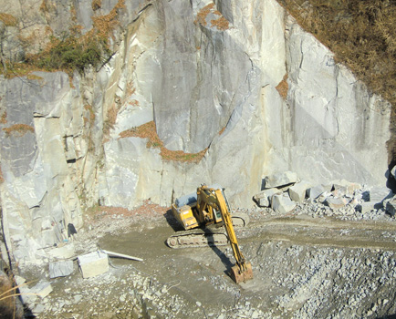現在も大きな岩盤から原石を採掘しています。